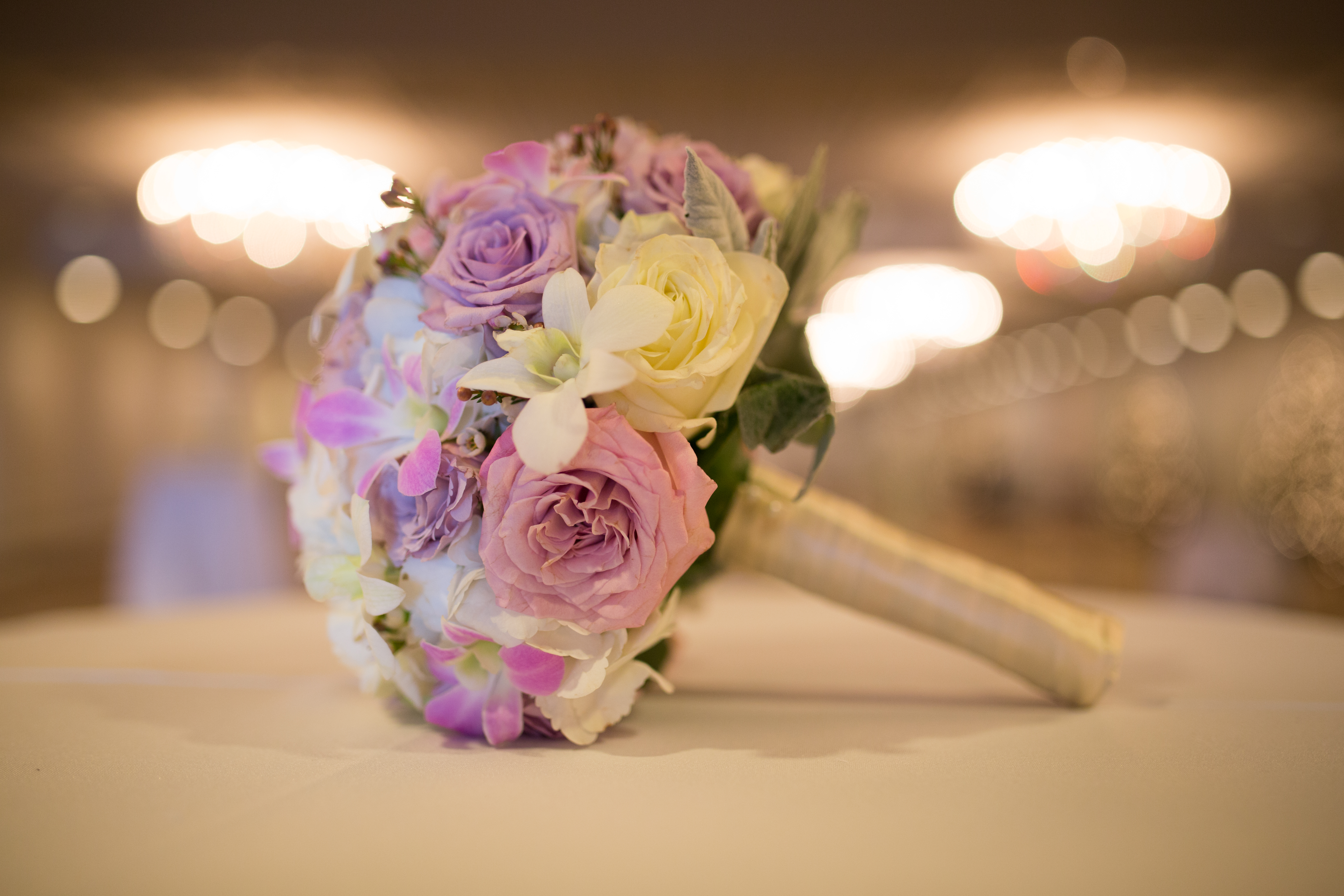 Beautiful bouquet for the bride with simple light colors designed by our best florists.