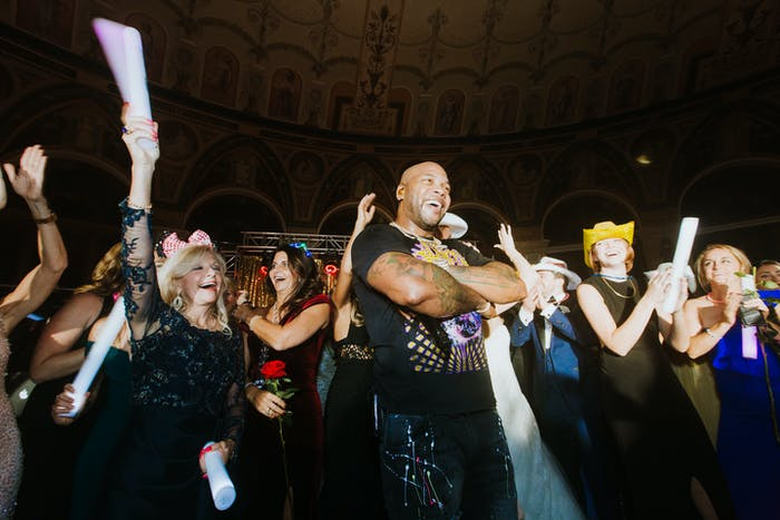 Flo Rida crosses his arms and poses for a photo with the crowd.