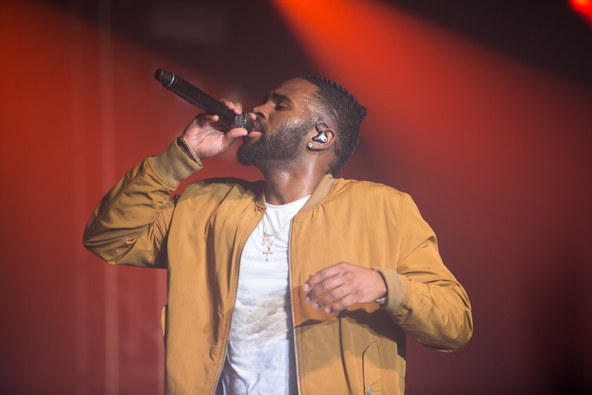 Jason Derulo singing one of his hit songs to the PEAK6 crowd.